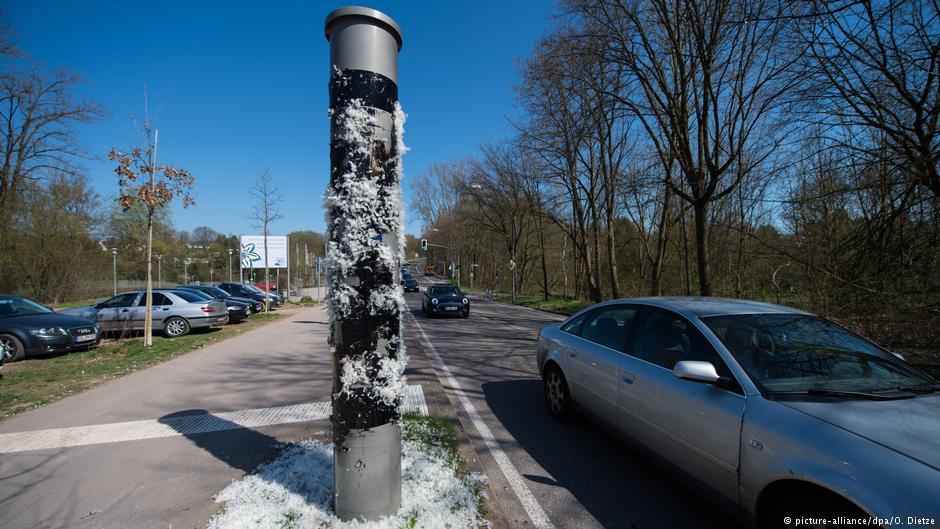 месть автомобилистов в городе Саарбрюккен  дорожный радар в дегте и перьях.jpg