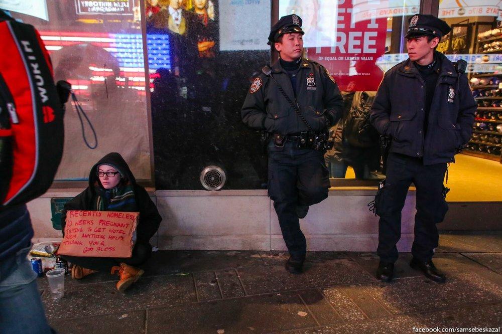 Таймс-Сквер. Два полицейских-азиата и белая попрошайка..jpg