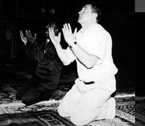 Саддам Хуссейн и Владимир Жириновский совершают намаз в Багдаде. 1993 год..jpg