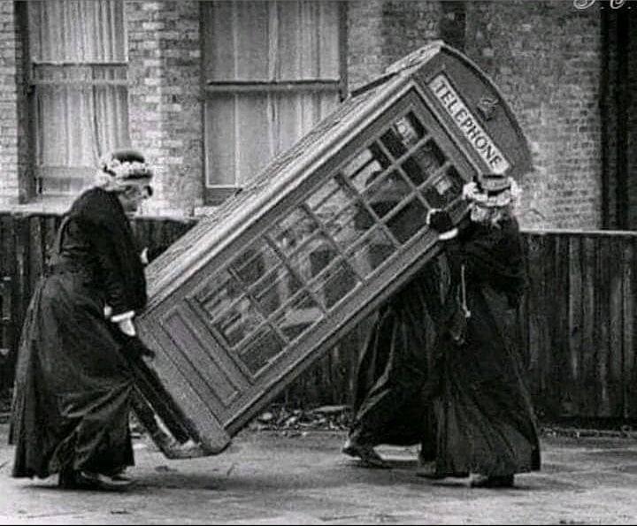 Подрезали мобильник.  Британия  конец 19 века.jpg