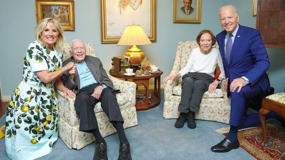 Картер и его жена Розалин выглядят совсем маленькими рядом с  Байденом и первой леди Джилл.jpg