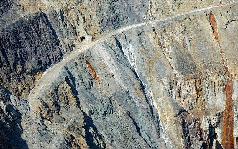 Круглое отверстие в откосе уступа — это не дренажная труба, а транспортный туннель, куда легко заезжает 60-тонный БЕЛАЗ.jpg